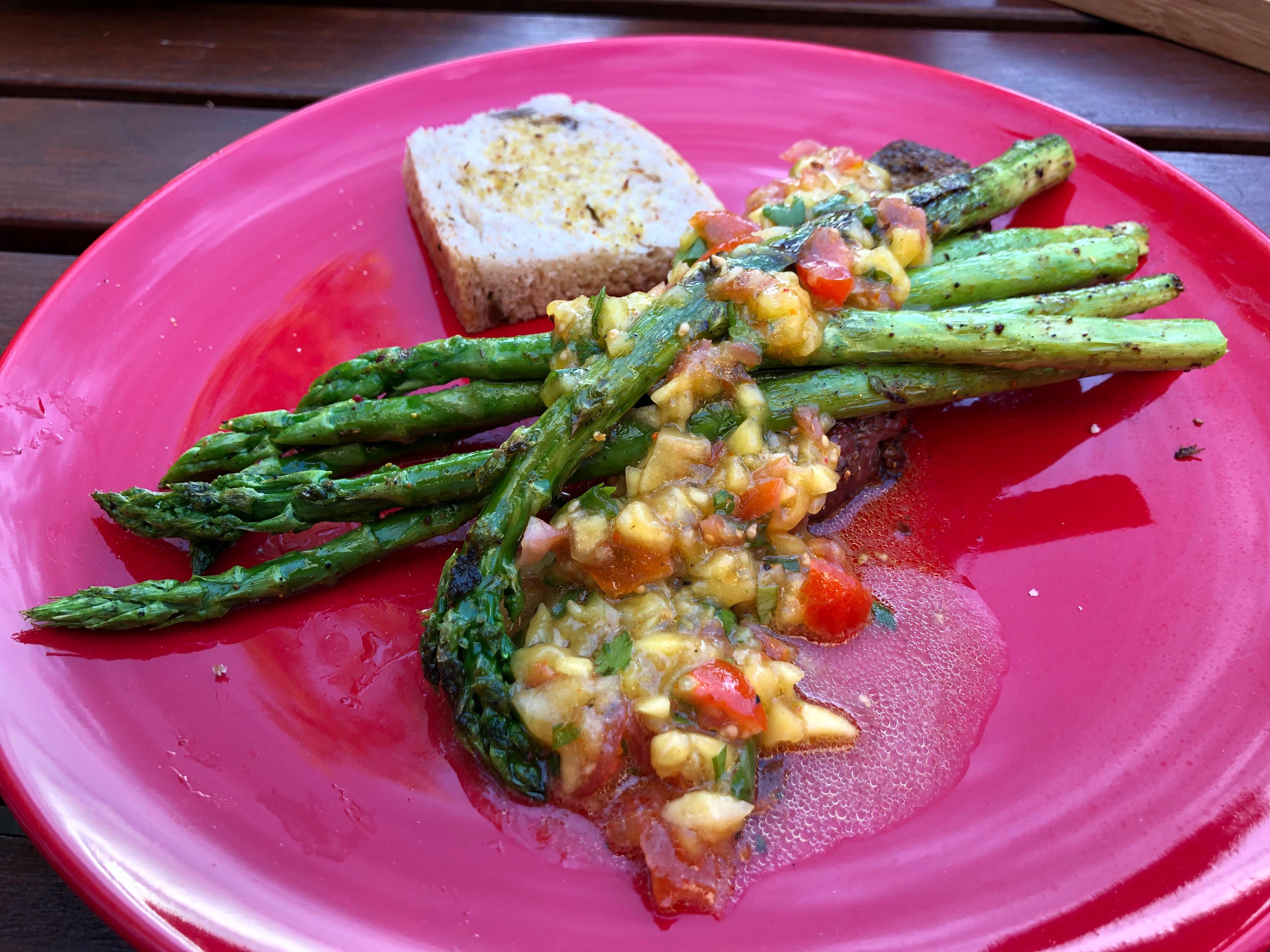Aus der Outdoor-Küche: Steak mit gegrilltem Spargel und Mango-Salsa